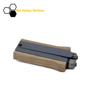 46112_drahtspanner-metall-holz-woody_logo